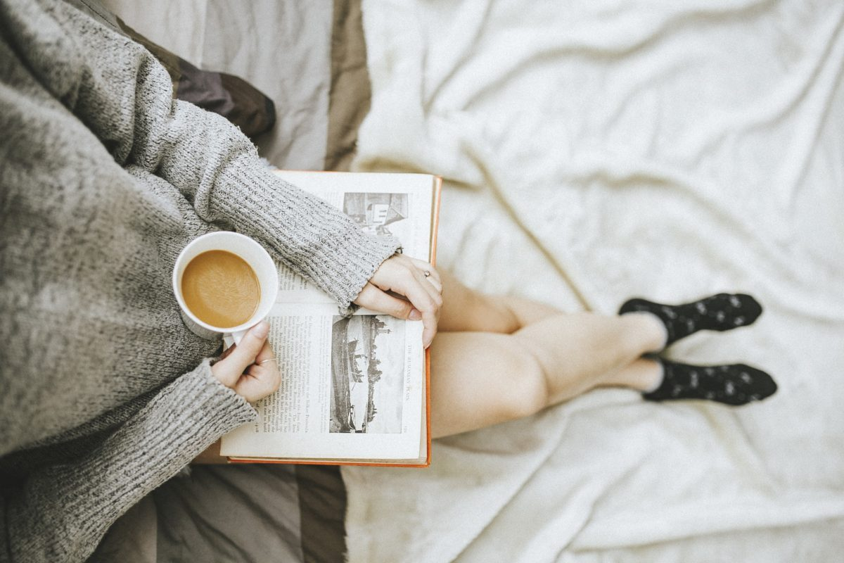 Sfeerbeeld van vrouw die leest en koffie drinkt